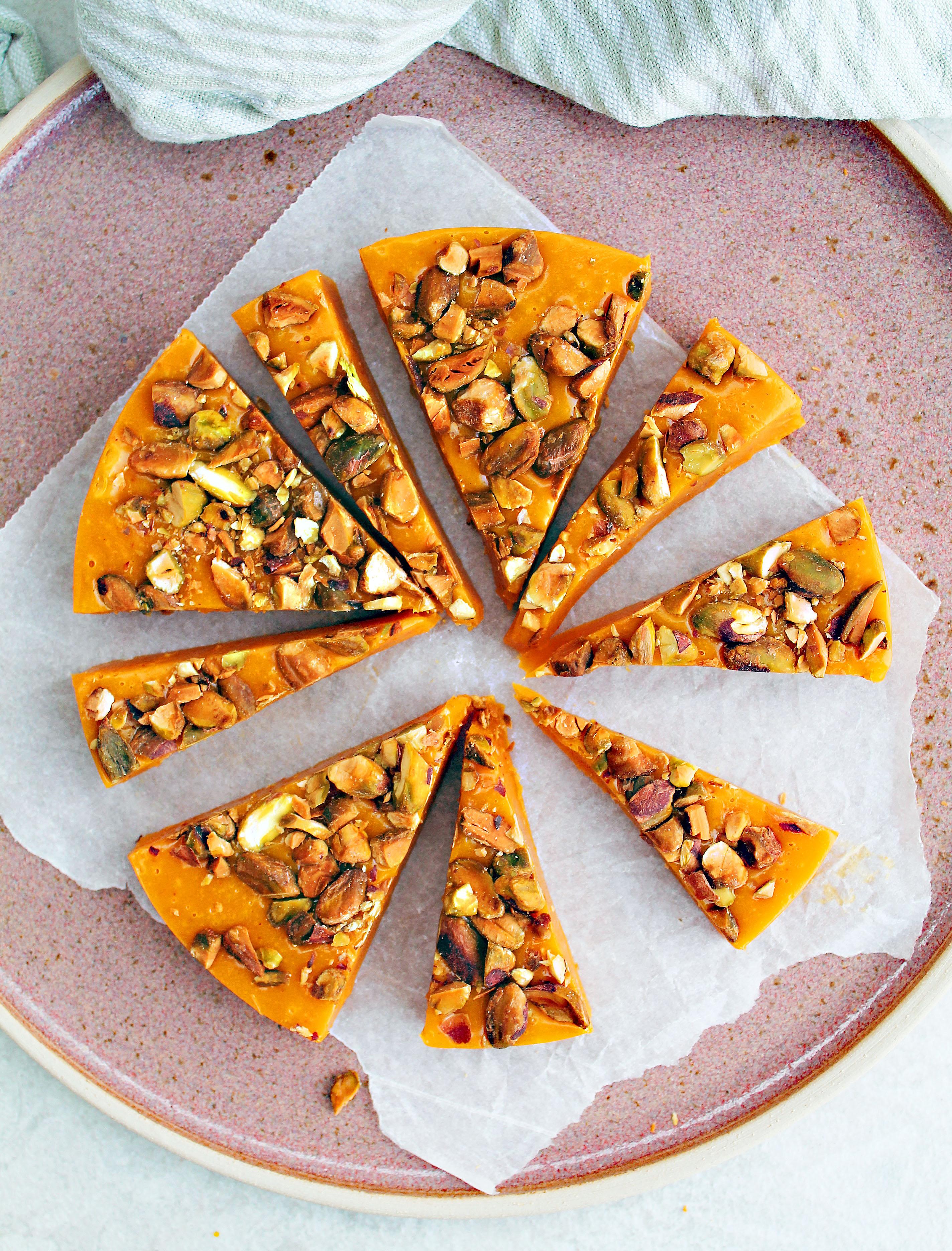 vegansk saffransfudge med vit choklad och pistagenötter